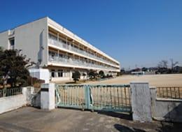 桶川西小学校(徒歩11分)